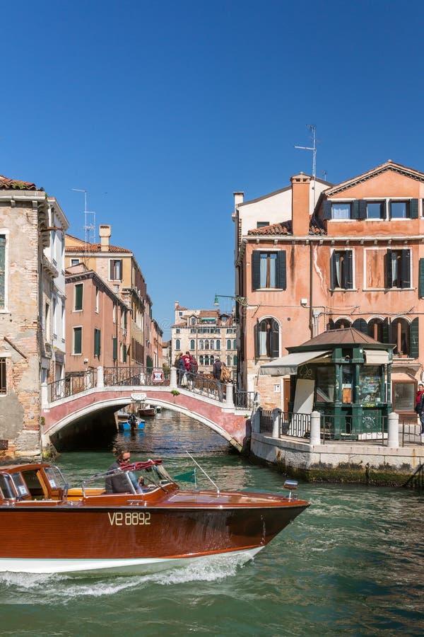 Taxi del agua en Grand Canal en Venecia, Italia fotografía de archivo