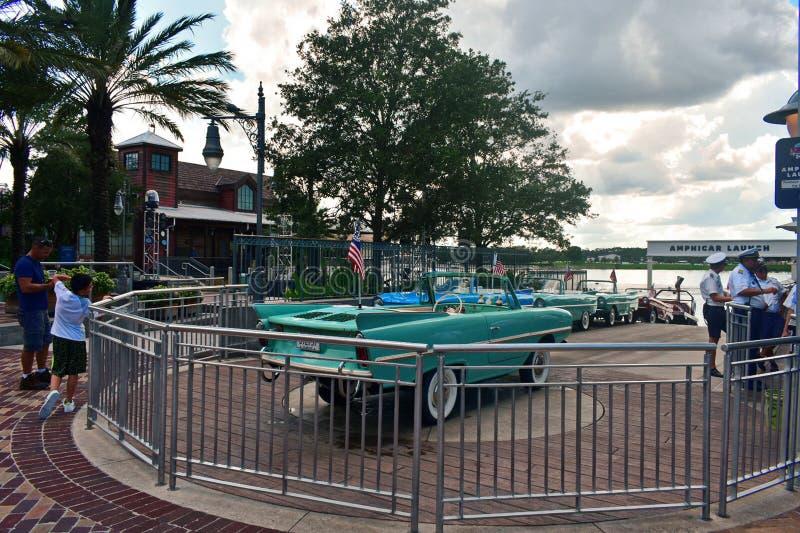 Taxi del agua listo para entrar, en el lago Buena Vista imagenes de archivo