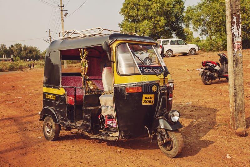 Taxi del risciò che aspetta vicino alla spiaggia di Kudli fotografia stock