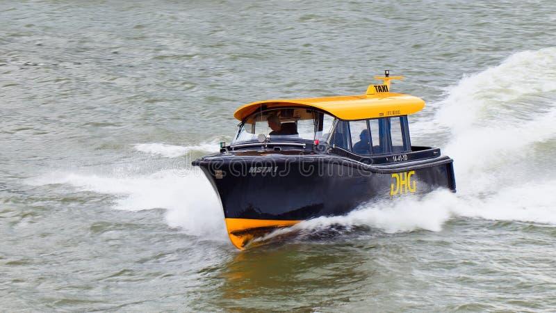 Taxi dell'acqua che accelera su un fiume in porto di Rotterdam, Paesi Bassi fotografie stock