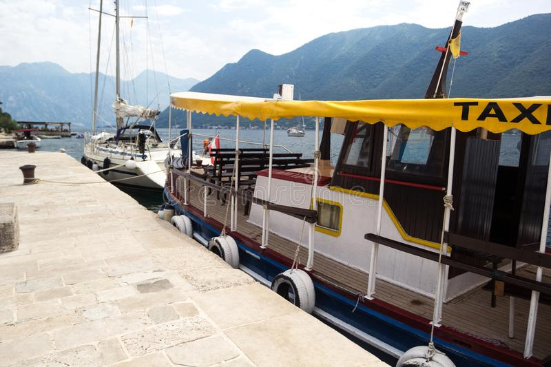 Taxi della barca sul pilastro Pilastro di pietra immagini stock