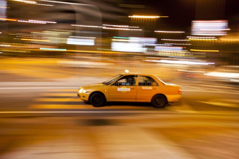 Taxi in der beschäftigten Stadt lizenzfreie stockfotos