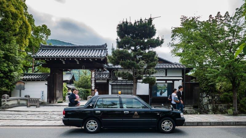 Taxi die op passagier dichtbij Bamboebos wachten van Arashiyama royalty-vrije stock afbeeldingen