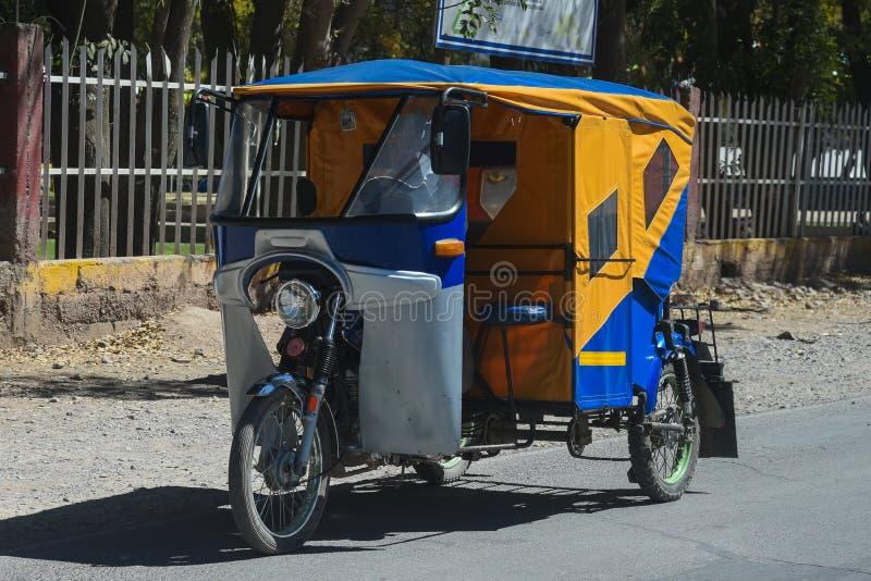 Taxi divertido del ciclomotor en Cusco Perú fotografía de archivo