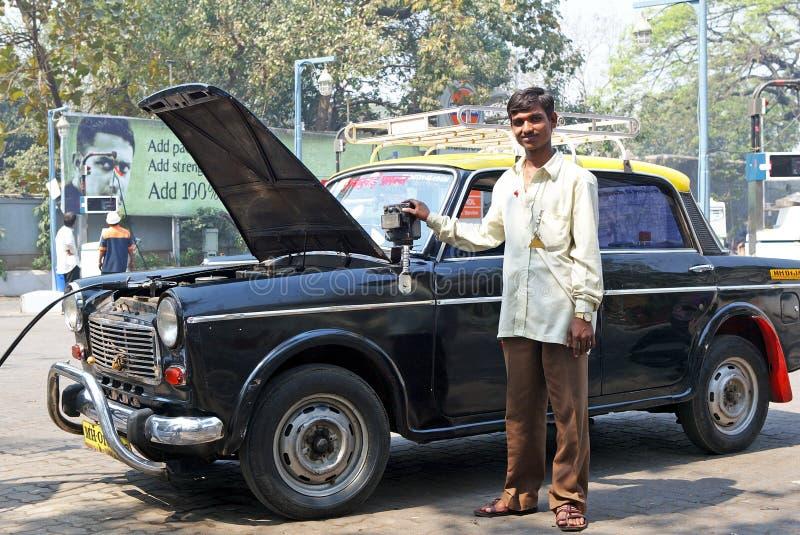 Taxi dosé noir et jaune à Bombay images stock