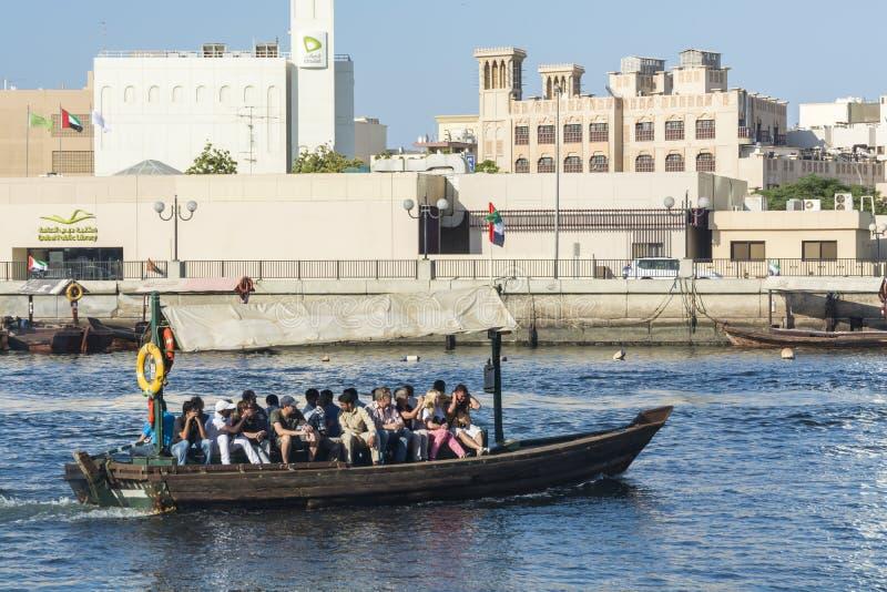 Taxi Dubaï de l'eau d'Abra images stock