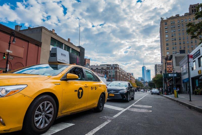 Taxi eléctrico híbrido amarillo en el Greenwich Village, NYC foto de archivo