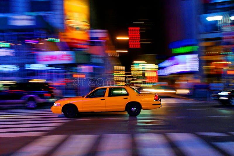 Taxi en la calle de la ciudad fotos de archivo