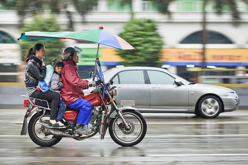 Taxi en la lluvia, Guangzhou, China de la motocicleta de Honda foto de archivo libre de regalías