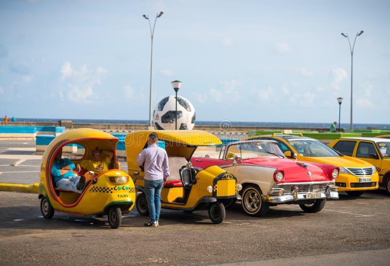 Taxi en oude retro auto in Havana, Cuba stock foto