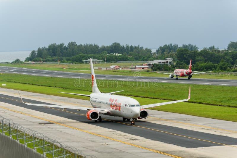 Taxi et départ de trafic aérien de Phuket dans le matin images libres de droits