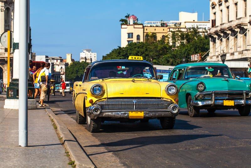 Taxi för KubaHavanna Oldtimer på Mainstreeten arkivbilder