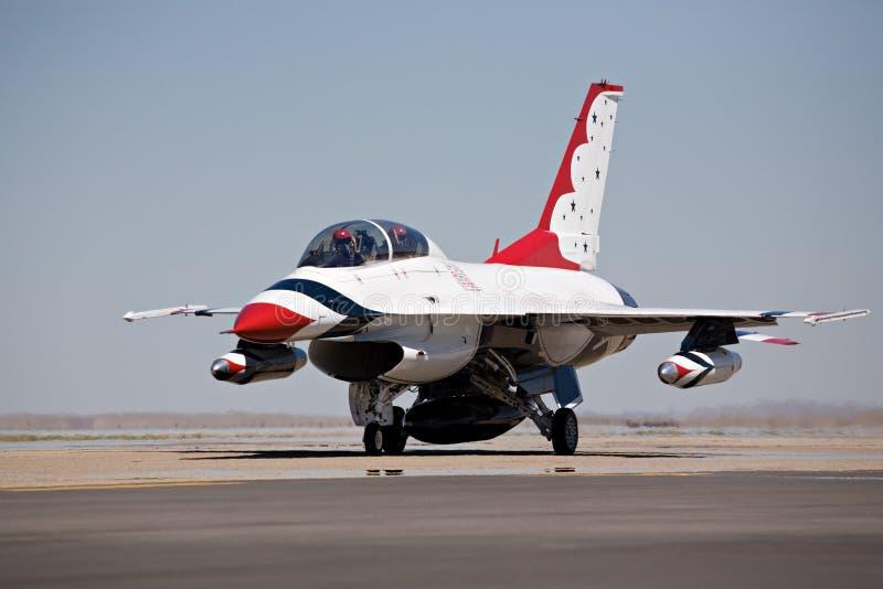 Taxi F-16 para el despegue imagenes de archivo