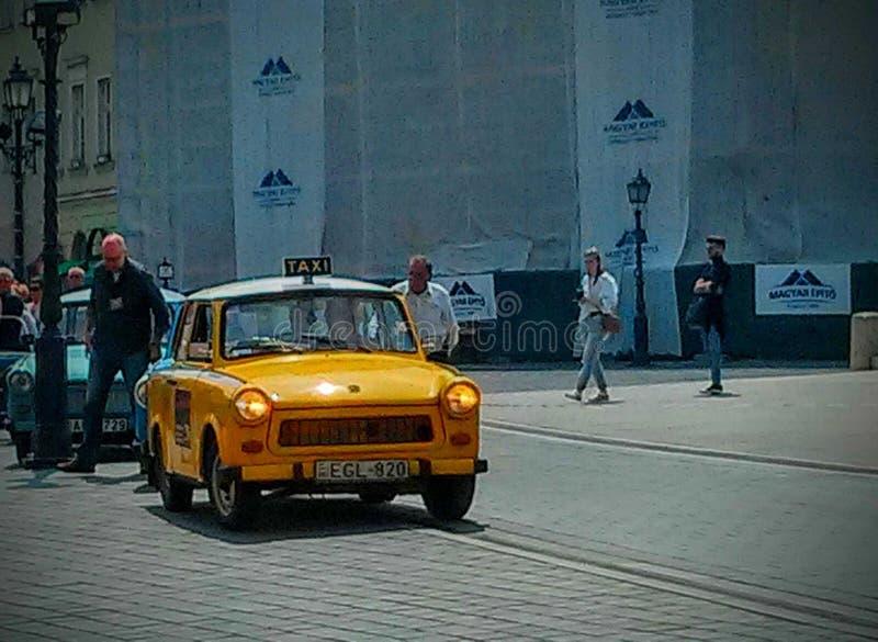 Taxi giallo di Trabant sulle vie di Budapest fotografia stock
