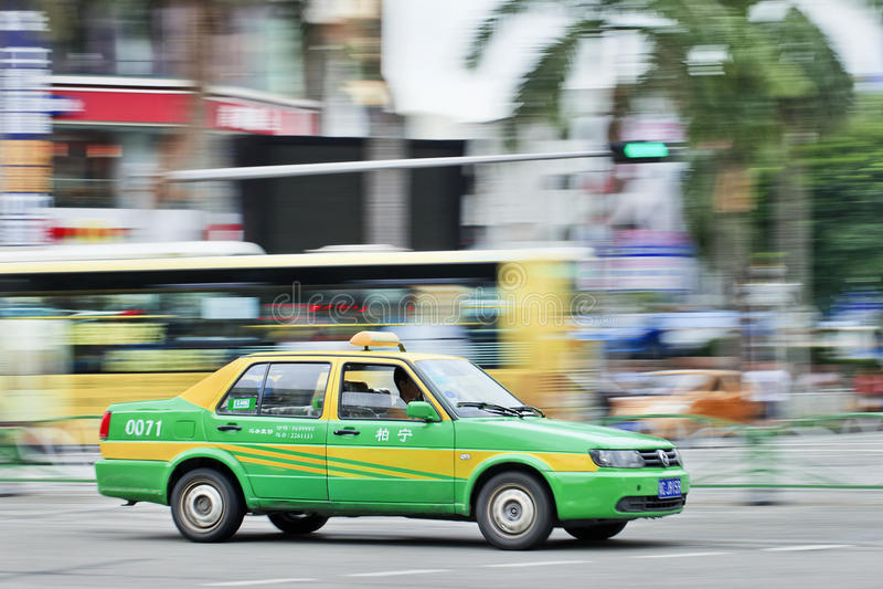 Taxi gnania thtough centrum miasta Zhuhai, Chiny zdjęcia royalty free