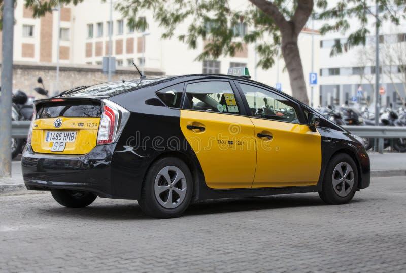 Taxi i Barcelona, Spanien Hybrid- bil fotografering för bildbyråer