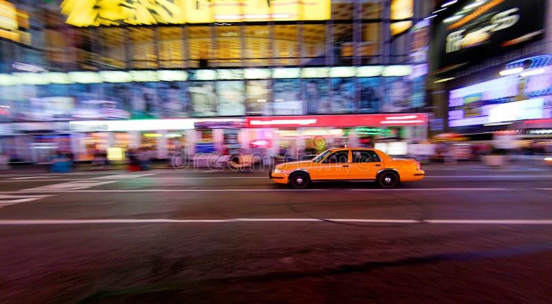 Taxi jaune déménageant rapidement images stock