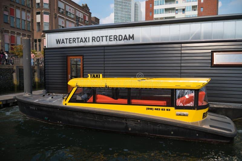 Taxi jaune de l'eau à Rotterdam, Pays-Bas photographie stock