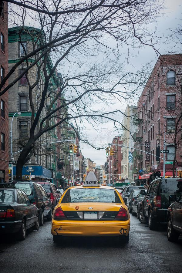 Taxi jaune sur la rue de New York City photographie stock