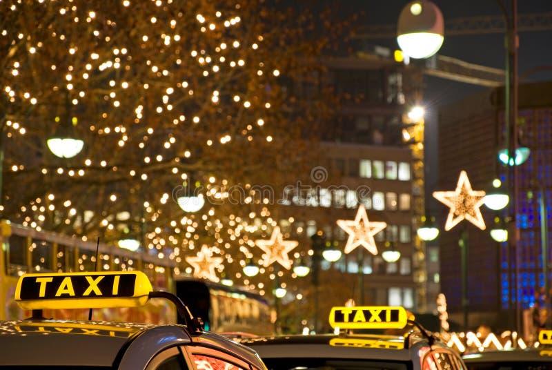 Taxi la nuit photographie stock libre de droits
