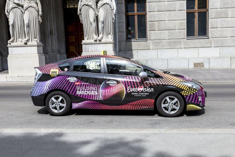 taxi met reclame voor de Europese liedwedstrijd in Wenen royalty-vrije stock foto