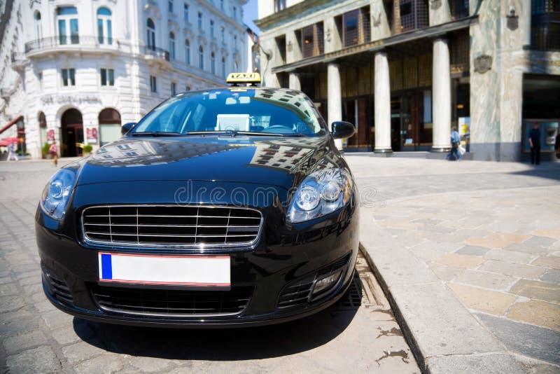 Taxi moderne dans une ville photos libres de droits