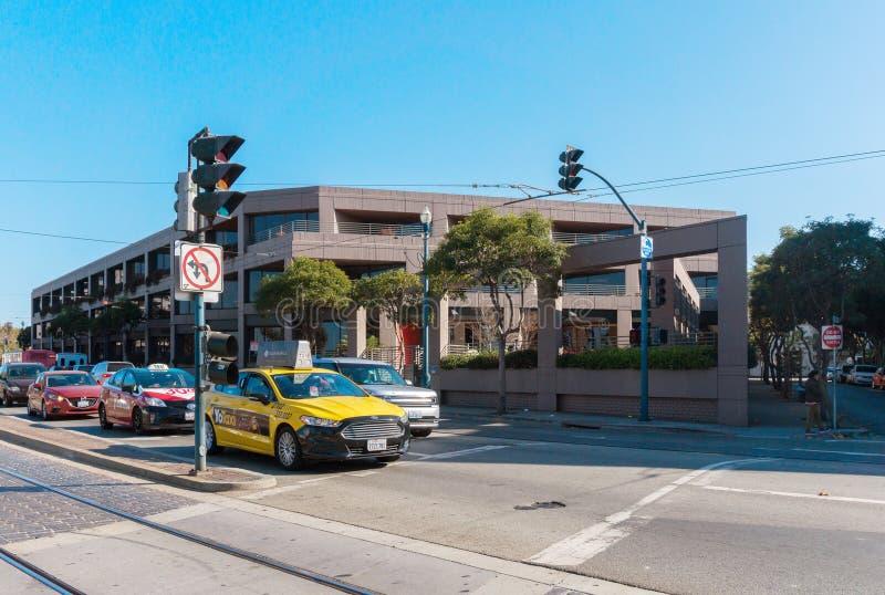 Taxi na Embarcadero ulicie w San Fransisco Ruch drogowy na drodze w San Fransisco zdjęcia stock