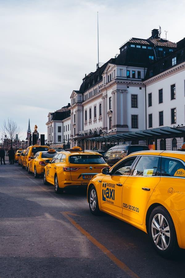 Taxi na zewnątrz Środkowego stacji kolejowej czekania w pas ruchu dla pasażerów zdjęcie stock