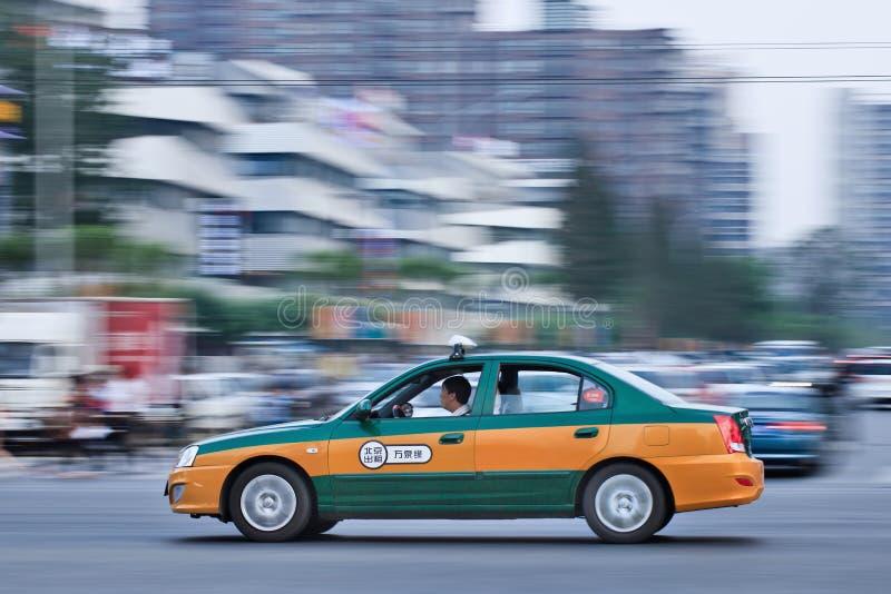 Taxi no Pequim na cidade no crepúsculo, China imagem de stock royalty free