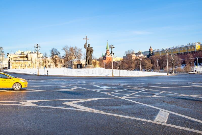 Taxi på den Borovitskaya fyrkanten i Moskvastad arkivfoton