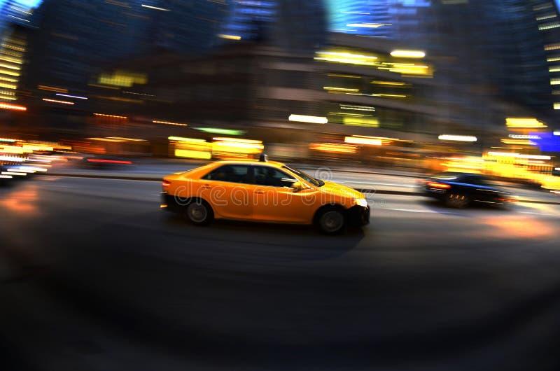 Taxi på natten i mörkt snabbt körande trans. för upptagen stadsgata royaltyfri foto