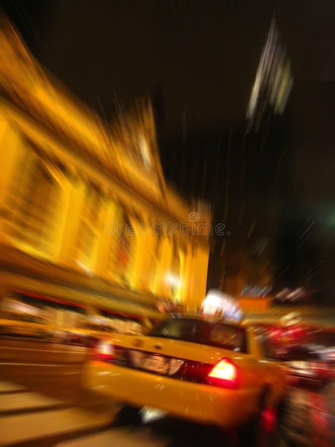 Taxi pilotant le central grand de passé image libre de droits