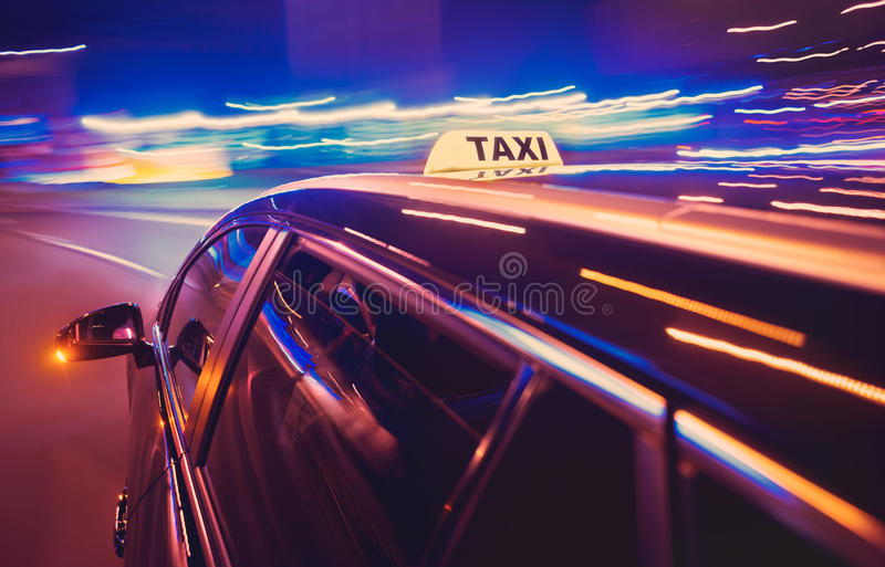 Taxi prenant un virage à gauche la nuit image libre de droits