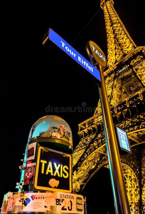 Taxi przerwa wieżą eifla obrazy stock