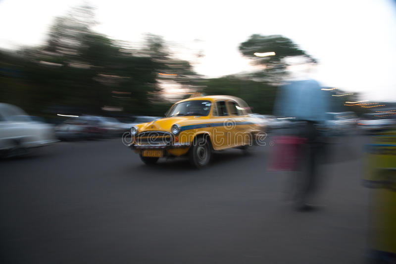 Taxi przy prędkością w Kolkata fotografia stock