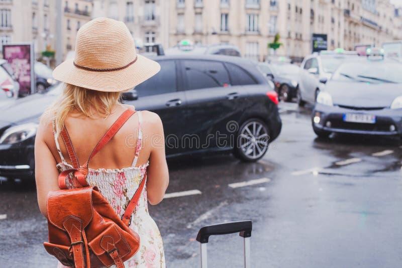 Taxi que espera de la mujer para, viajero turístico imágenes de archivo libres de regalías