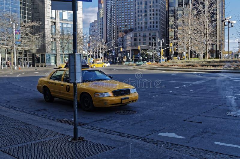Taxi que espera en el borde de la carretera foto de archivo libre de regalías