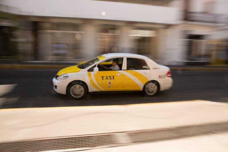 Taxi rapide près de place principale photographie stock libre de droits