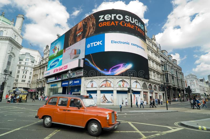 taxi rouge de cabine dans Piccadilly Circus, Londres photos libres de droits
