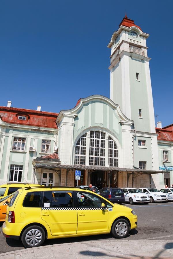 Taxi samochód parkujący blisko staci kolejowej Burgas zdjęcia stock