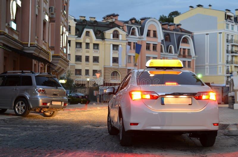 Taxi samochód parkujący w nocy obrazy royalty free