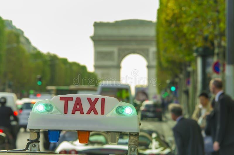 Taxi samochodu ludzie biznesu i znak Łuk De Triomphe w tle obraz stock