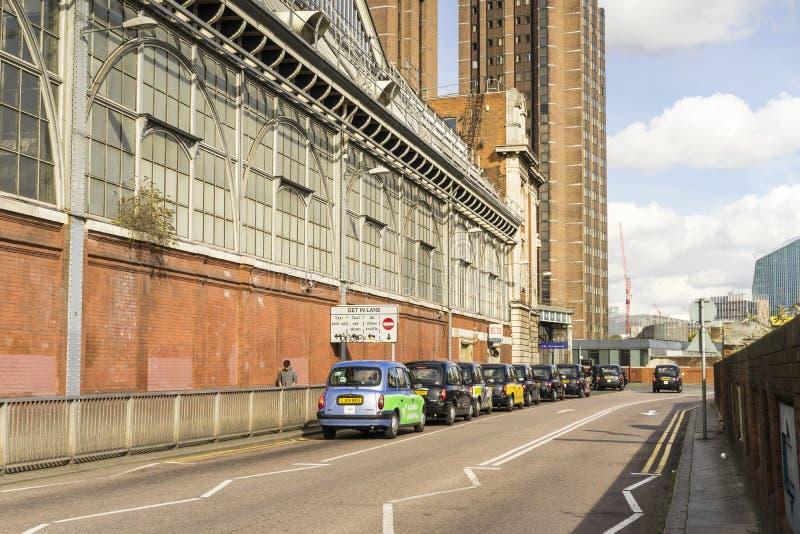 Taxi samochody na drodze na zewnątrz Waterloo staci w Anglia fotografia royalty free