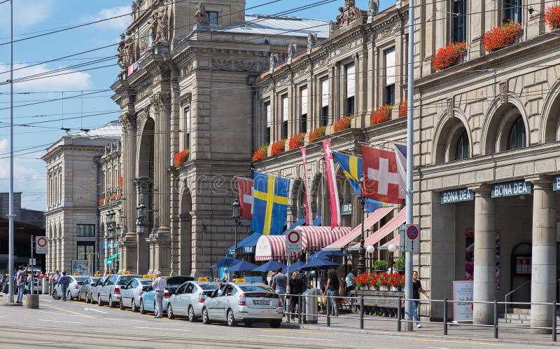 Taxi samochody przy Zurich magistrali stacją kolejową zdjęcia royalty free
