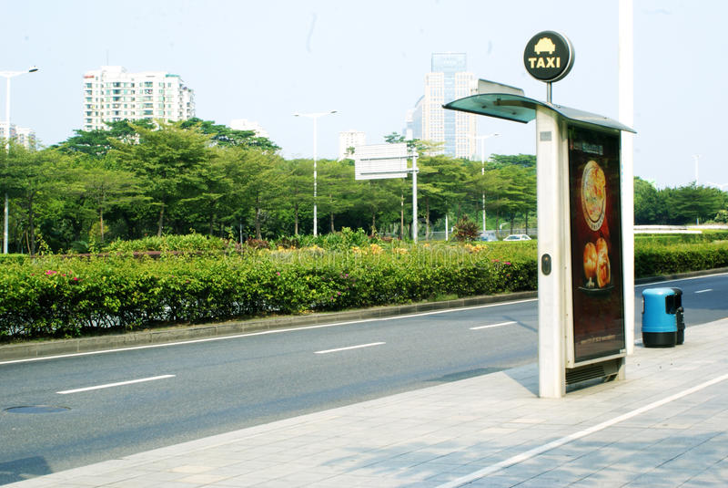 Taxi staci billboardu autostrady światła słonecznego gazonu drzewny kubeł na śmieci obrazy royalty free