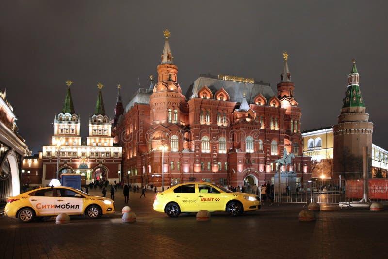 Taxi sui precedenti del portone di Voskresenskie delle costruzioni di Kitai-Gorod e del museo storico mosca 22 11 2018 fotografia stock