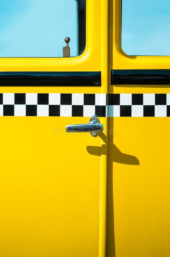 Taxi-Türplatte der Weinlese gelbe stockfoto