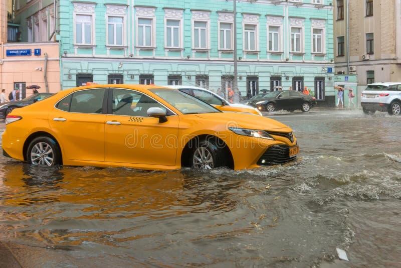Taxi tijdens een vloed royalty-vrije stock afbeeldingen