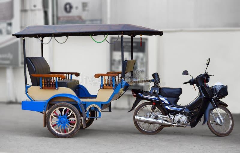 Taxi tradizionale su una via Cambogia fotografie stock