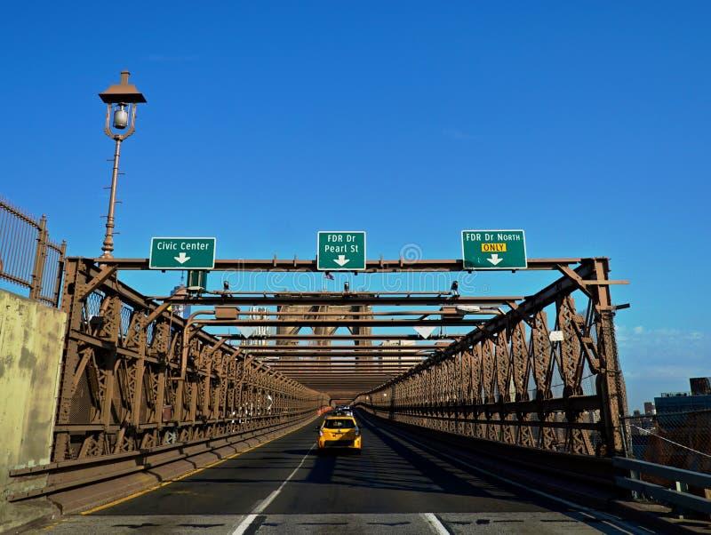 Taxi, welches die Brooklyn-Brücke kommt lizenzfreie stockfotos